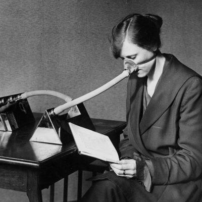 Una paciente usa una boquilla para la gripe